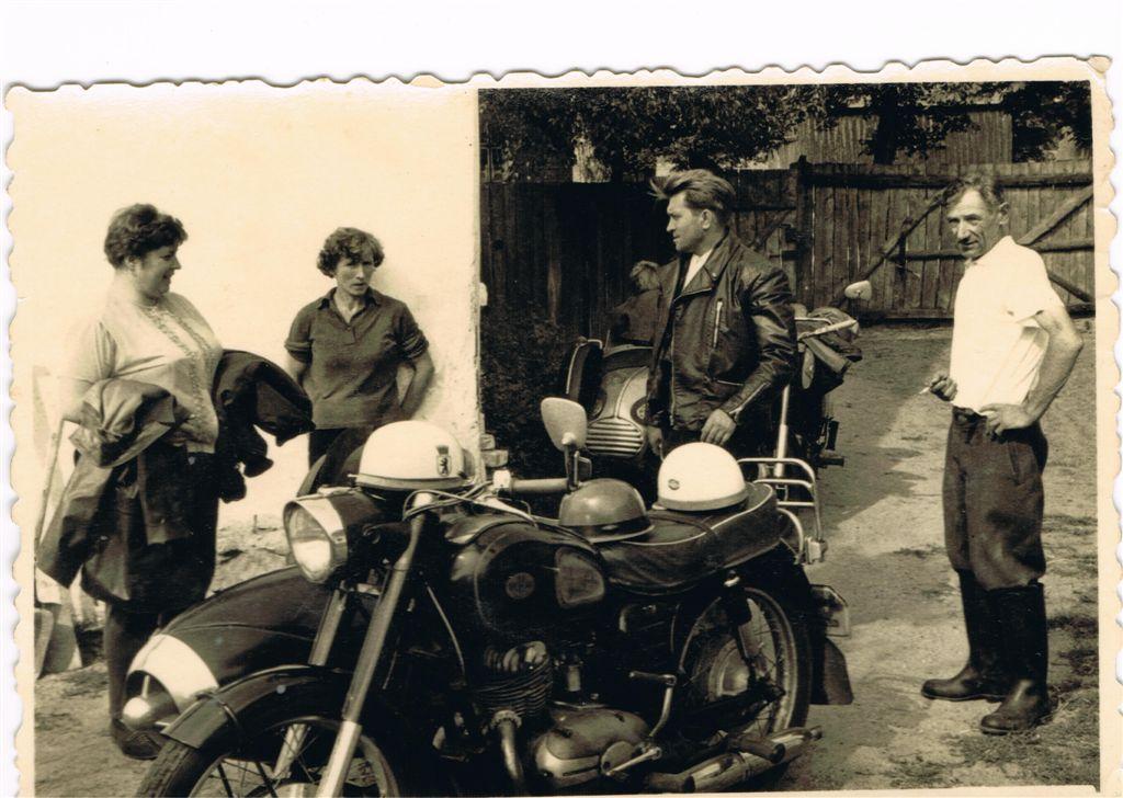 Erna Sobiech (druga z lewej) z mężem Józefem (pierwszy z prawej) i odwiedzający ich Niemcy (zdjęcie ze zbiorów Władysława Sobiecha)
