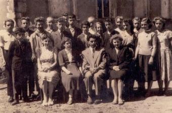 Klasa VII z nauczycielami: Alicja Sammler,Janina Sawlewicz,Antoni Biernacki i Gabriela Ostrycharczyk A to szkoła w budowie. Tutaj na zdjęciu są siódmioklasiści, nauczyciele i komitet rodzicielski.