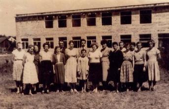 Pierwsza od lewej to ja, obok p. Halina Stanek, p. Sawlewicz, p. Sammler , pomijam panienkę w środku bo to nie klasa, dalej p Ostryczarczyk i moja Mama – Helena Szczur , obok grupa dziewcząt VII klasy. W drugim rzędzie w środku p. Biernacki oraz p. Wacław Borkowski z komitetu rodzicielskiego.