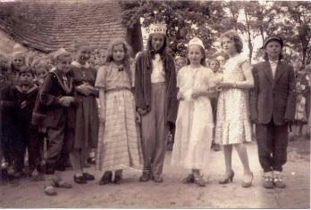 """Foto z przedstawienia """"Książę i żebrak"""" Królem jest moja siostra Krysia, królewną Urszula Lebel, obok Hela Kisiel i Cecylia Andrzejewska , po drugiej stronie Janka Szyluk, Krysia Majewska i Ludka Kmita"""
