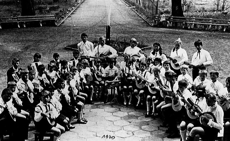 Szkolny zespół mandolinistów pod kierownictwem Henryka Ziobrowskiego w Pomorsku (Arch. Kozubal ).