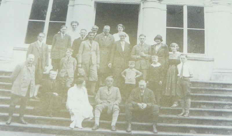 Rodzina hrabiego von Schmettow i ich goście podczas odjazdu Maharadży na tarasie zamku w Pommerzig. Indyjski książę w pumpach sam siedzi w środku. Jego syn ( również rozpoznawalny po pumpach) stoi za nim po lewej. Na głównym planie z jednej i z drugiej strony Maharadża siedzi para gospodarzy: po lewej hrabina Thomazine Schmettow (1874-1949), po prawej hrabia Bernharda Schmettow( 1875/50 ). Staruszka (druga od lewej z przodu) jest matką byłych panów domu, hrabina Leonie Schmettow (1853/29). Całkiem po prawej należący do gości książę Bernhard von Lippe, później książę był małżonkiem królowej Holandii. Obok niego są zgrupowane dzieci z rodziny ziemiańskich i przyjaciół.