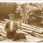 Tomasz Siegień na podwórku podczas prac